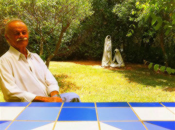 האדריכל נחום זולוטוב בחצר ביתו. נאלץ לראות את פרי עבודתו שוקע במצולות (צילום: : צבי אלחייני)