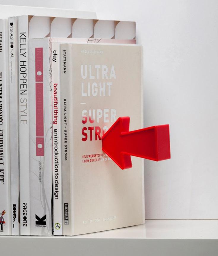 גם כאן משתמש פלג במגנט כדי ליצור אשליה של ריחוף: בספר הקיצוני ''חבוי'' מחזיק ספרים ממתכת, שמצמיד אליו, דרך הכריכה, את החץ (צילום: דן לב)