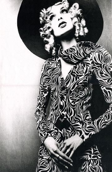 דוגמנית בבגדים של ביבה, שנות ה-60. מרכז הסצנה של התקופה