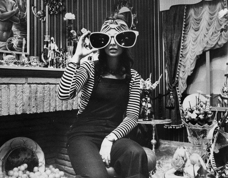 מוכרת בבוטיק ביבה, 1973. אופנה נועזת שהפכה לחלק מהזהות הלונדונית (צילום: gettyimages)