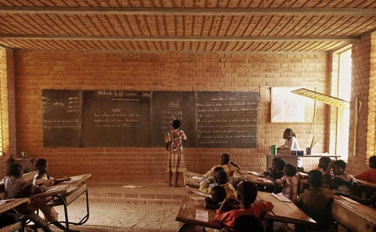 בית הספר היסודי בכפר גנדו, בורקינה פאסו. ההצלחה עודדה את הקמתו של בית הספר התיכון (צילום: Erik-Jan Ouwerkerk)