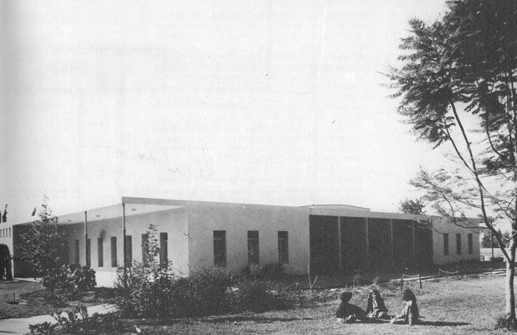 חדר האוכל של מזרע, בתכנון שמואל מסטצ'קין, שנות ה-50. במקום אולם אחד גדול, שני אגפים וביניהם חצר. המודל הועתק בקיבוצים רבים, המקור נהרס (באדיבות: אוסף פרדי כהנא)