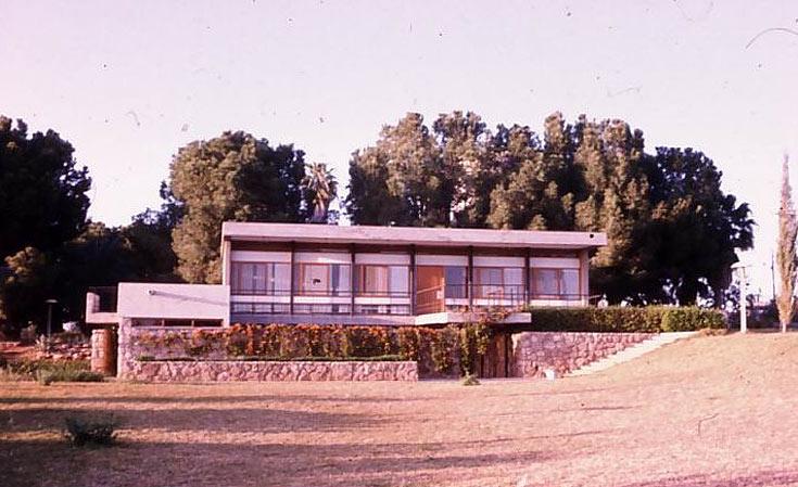 בית ההנצחה בנצר סרני, בתכנון פרדי כהנא, שנות ה-60. עמודי פלדה נושאים את הרצפה והגג, והקירות עשויים בנייה קלה (באדיבות: אוסף פרדי כהנא)