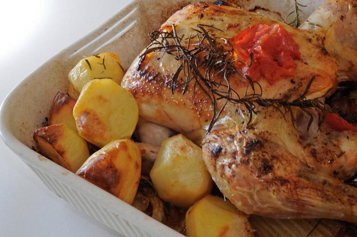 הדילמה הנצחית: מה עדיף - בשר עסיסי עם עור רך מעט, או עור פריך ושחום עם בשר יבשושי משהו? עוף עם תפוחי אדמה בתנור (צילום: thinkstock)
