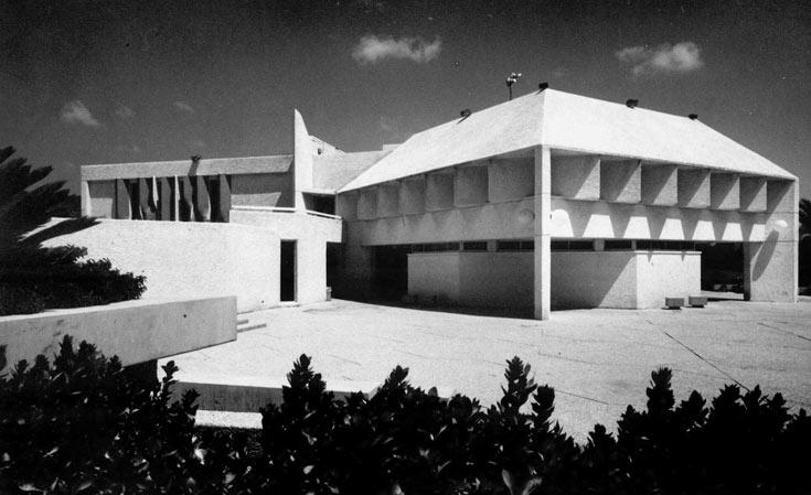 חדר האוכל בכפר עזה, בתכנון ויטוריו קורינלדי, שנות ה-70. מותאם לאקלים המדברי, והיום אינו בשימוש (באדיבות: אוסף פרדי כהנא)