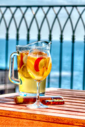 הכי כדאי - לשתות מול הים (צילום: יוחי מנדיל )