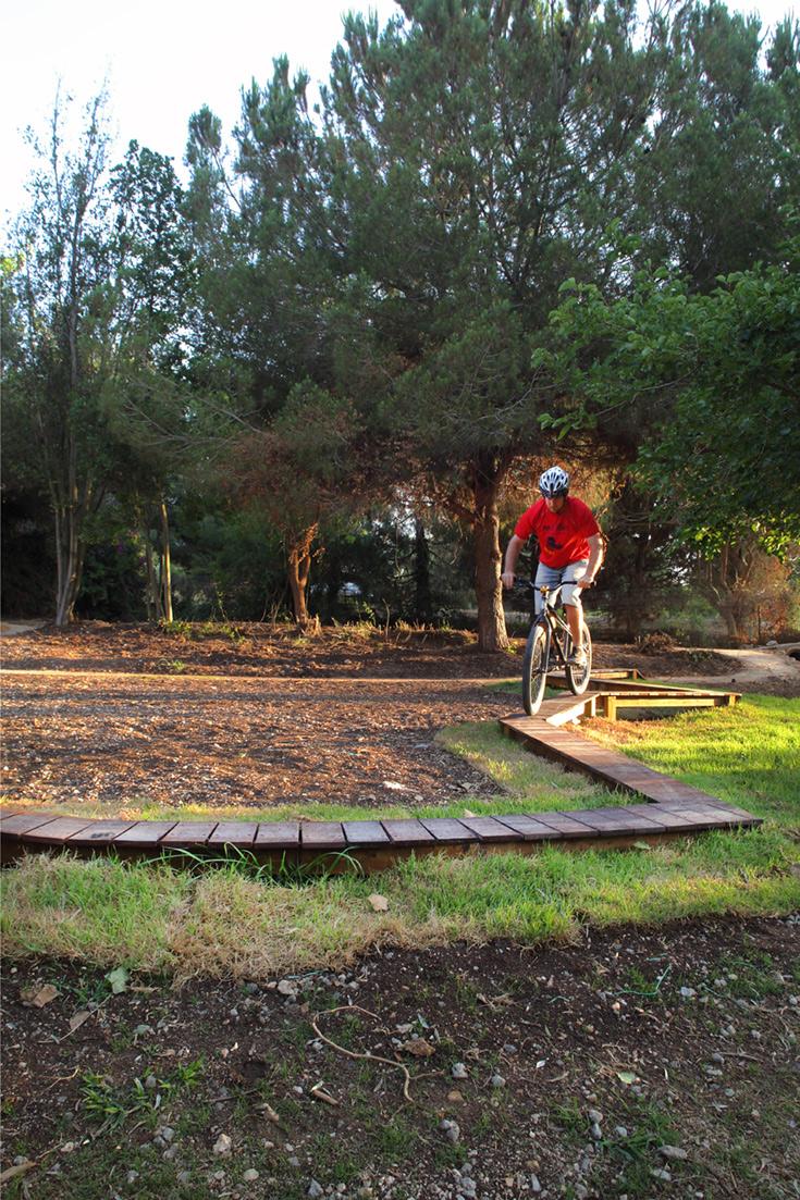 ''סביב המתחם שמרנו על הצמחייה העבותה, שמשרה אווירה טבעית וגם מצלה על הרוכבים במשך רוב שעות היום'' (צילום: אמית הרמן)