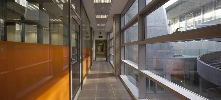 בניין הספרייה באוניברסיטת חיפה. מכבד את היצירה של אוסקר נימאייר, ומנסה במקביל לפתור אותה (צילום: עמית גרון)