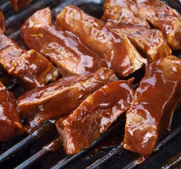 מורחים על הבשר רק בסוף הצלייה. רוטב ברביקיו (צילום: shutterstock)