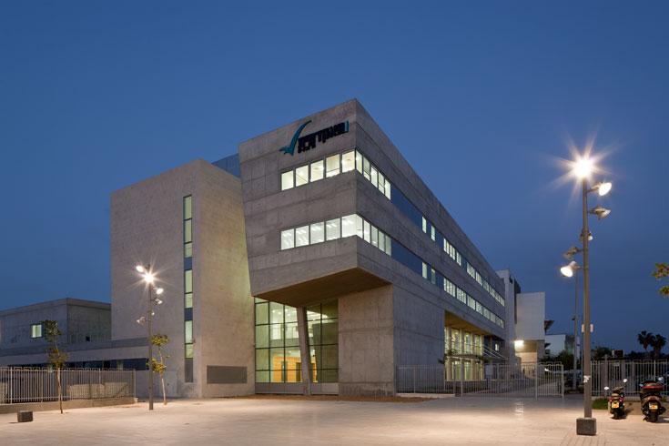 בית הספר לניהול וכלכלה במכללה האקדמית תל אביב יפו. יוצר קשרי מבט ומפגשים בלתי צפויים, במקום מסדרונות משמימים (צילום: עמית גרון)