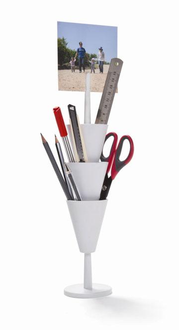 מגדל של עטים ועפרונות. רכזו את כולם במקום אחד על השולחן. להשיג ברשת סוהו