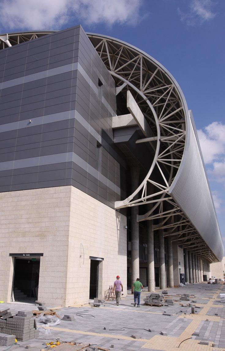 כך נראית אחת החזיתות מקרוב. אורך כל חזית הוא 140 מטר, והגג הנשפך הוא המרכיב האסתטי הבולט כאן (צילום: עידו ארז )