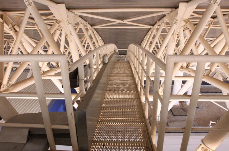 התמיכות של גגות הטריבונות, שמהווים מרכיב בולט בתכנון (צילום: עידו ארז )