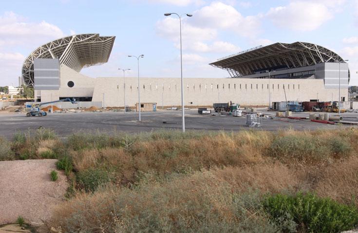 אצטדיון המושבה. האדריכל החליט ''למשוך'' את הגג , ולגרום לו ''להישפך'' על החזיתות (צילום: עידו ארז )