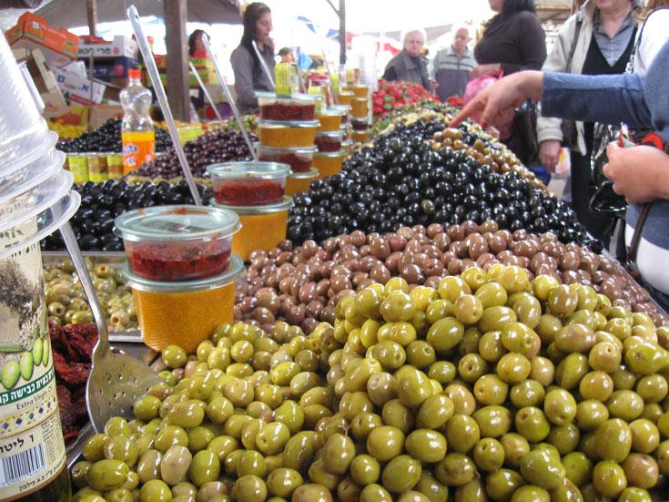 עשרות סוגי חמוצים בשוק אשקלון (צילום: אריאלה אפללו)