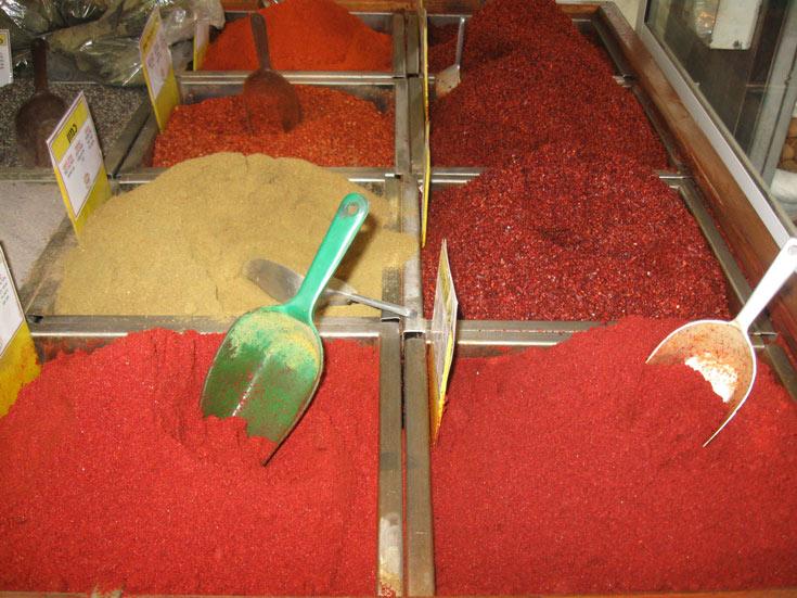 מגוון מסחרר בשוק תבלינים באשקלון (צילום: אריאלה אפללו)