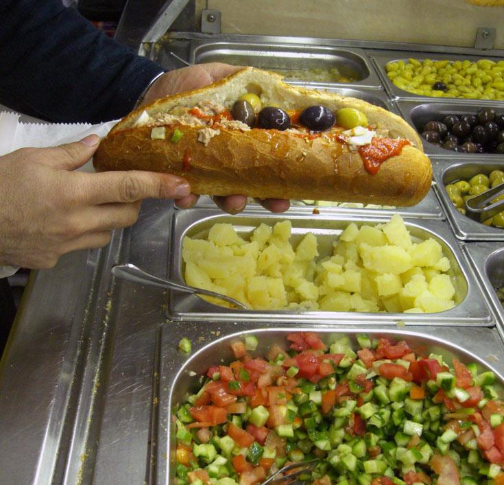 הסנדוויץ הטוניסאי של אלי בשוק רמלה (צילום: אריאלה אפללו)