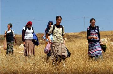 נוער הגבעות בתלבושות אופייניות (צילום: אלכס קולומויסקי)