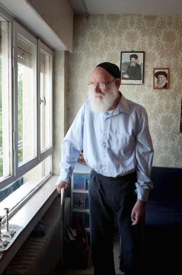 הרב לוינגר. אימץ את הדובון הצה''לי (צילום: אלכס קולומויסקי)