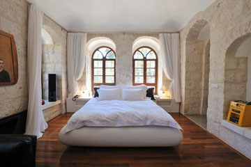 2: גב המיטה פונה לחלונות. חדר במלון אלגרה עין כרם (צילום: יובל יוסף)