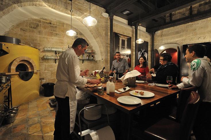 השף מבשל לעיני האורחים (צילום: יובל יוסף)