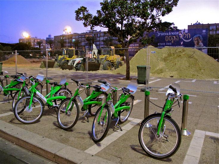 עידוד רוכבי האופניים נכנס גם כאן לתהליך: רצף שבילים בכל שדרות העיר, שדרוג הרוכבים ברחוב בלוך, ופחות הפרעת כלי רכב (צילום: איתי סיקולסקי)