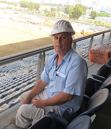 האדריכל יוסי בן נעים באצטדיון, השבוע (צילום: מיכאל יעקבסון)