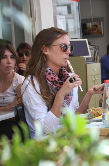 דנה פרידר מלקקת את הסכין (צילום: ענת מוסברג)