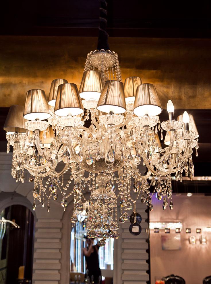 ''מתן אור פרייבט קולקשן''. חנות שעוצבה בידי האדריכל עודד חלף, ופונה לעשירי הארץ, שיכולים להרשות לעצמם נברשת ב-88 אלף שקלים (צילום: שירן כרמל)