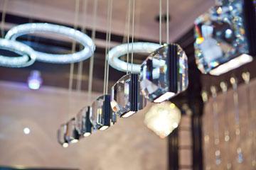 מנורות של סוורובסקי. 10 אלפים שקלים ליחידה (צילום: שירן כרמל)