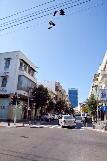 רחוב הרצל. ככל שעולים צפונה מתרבים בתי הקפה והחנויות המעוצבות (צילום: שירן כרמל)