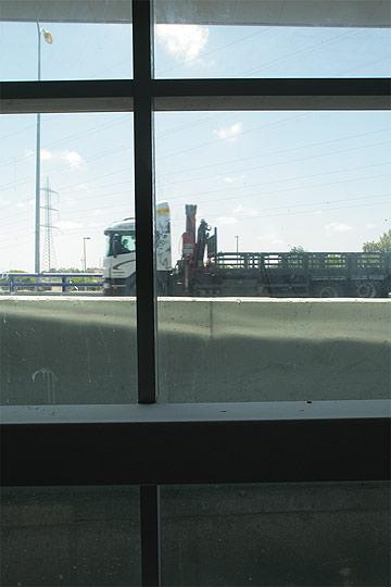 זה מה שתראו מתוך תחנת צומת חולון. הכביש נוגע בתחנה (צילום: אמית הרמן)