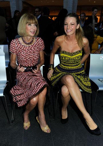 לייבלי ואנה ווינטור צופות בתצוגת אופנה (צילום: gettyimages)
