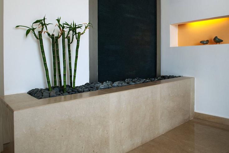 מבואת כניסה שהיתה שירותים אורחים בעברה. מזרקת פאנג שוואי בעיצוב מודרני ומינימלי, ויש לנו מבואה לתפארת. עיצוב: דלית ונגרובסקי (צילום: טל ניסים)