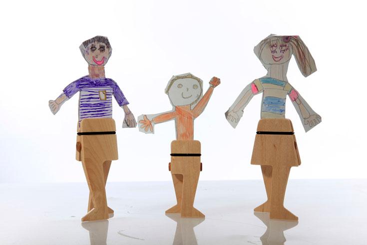 קליפסים של עץ, שכמו מקימים לחיים את ציורי הילדים. פרויקט הגמר של שחף בן אבו (צילום: מיטל אשד)