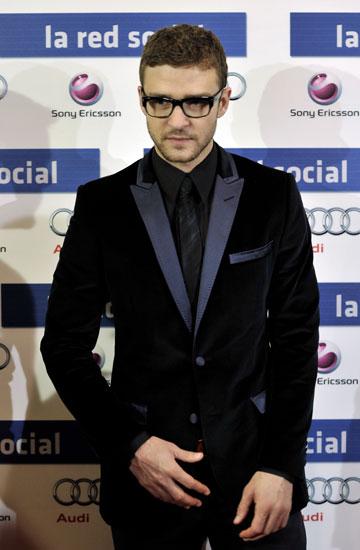 בז'קט קטיפה ומשקפיים. ממציא את עצמו כאיש עסקים מעוצב (צילום: gettyimages)
