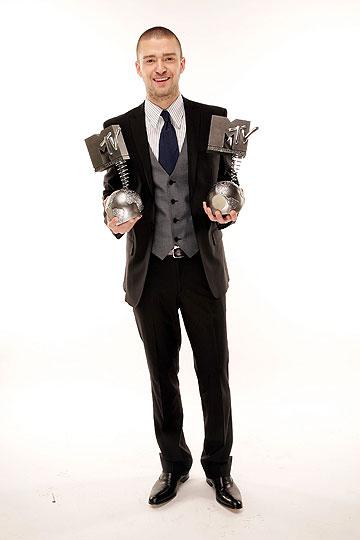 לאחר הזכייה בשני פרסי MTV. מראה מוקפד, אך מחויך (צילום: gettyimages)