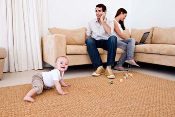 יושבים בסלון וכל אחד בענייניו? שימי עליו יד, לא תאמיני כמה זה עוזר (צילום: thinkstock)