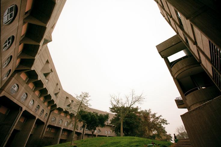 ובצד השני של העיר: מעונות הסטודנטים הם מבצר בטון קפוא בחורף. מה חושבים הסטודנטים? (צילום: רועי אבנטוב)