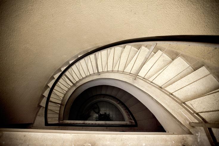מבט מבפנים על ''מרכז הנגב'' בבאר שבע, שעליו זכה בפרס רכטר לאדריכלות, ב-1966 (צילום: רועי אבנטוב)