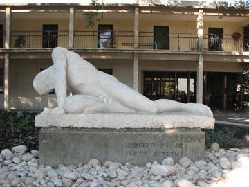 בית סרני היום, עם אחד מפסליו של יעקב לוצ'נסקי בחזית (צילום: מיכאל יעקובסון )