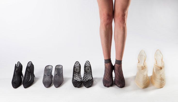 נעלי העקב של יעל הולנדר, בהשראת תאומים סיאמים. עשויות בד מוקשח ופלסטיק יצוק, ומתלבשות על הרגל כגרב (צילום: עודד אנטמן )