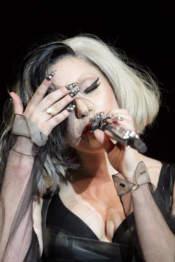 איך מורחים לק אם אין לך מניקוריסטית צמודה כמו לליידי גאגא? זה הזמן להיעזר בחברות (צילום: gettyimages)