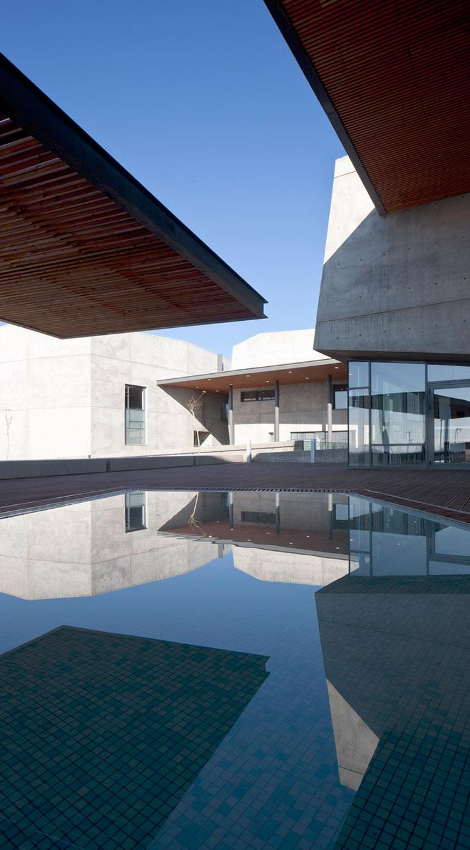 שילוב הבטון והזכוכית שמאפיין את הבניין חוזר גם בפרויקטים אחרים שהיו מועמדים השנה - והפסידו. פרטים נוספים עליהם בכתבה המקושרת על המועמדים (צילום: עמית גרון )