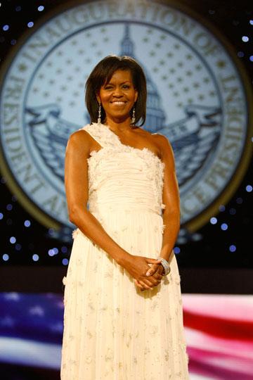 מישל אובמה בערב ההכתרה. לא הסתפקה רק בשמלה הלבנה של וו (צילום: gettyimages)