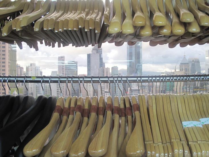 זה הנוף שנשקף מהקומה ה-15 בחנות בגדים מעולה בהונג קונג. חפשו אותה (צילום: רות פקר)
