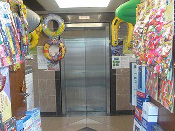 מה מסתתר בכניסה למעלית? (צילום: רות פקר)
