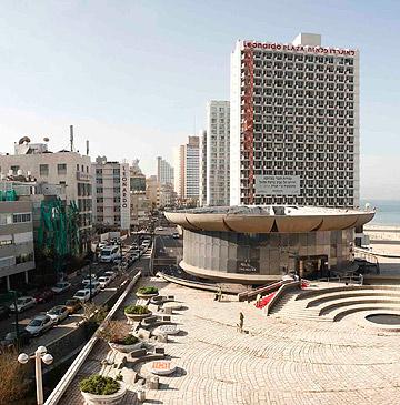 כאן נגמרת השדרה: כיכר אתרים וחוף הים (צילום: אביב נווה)