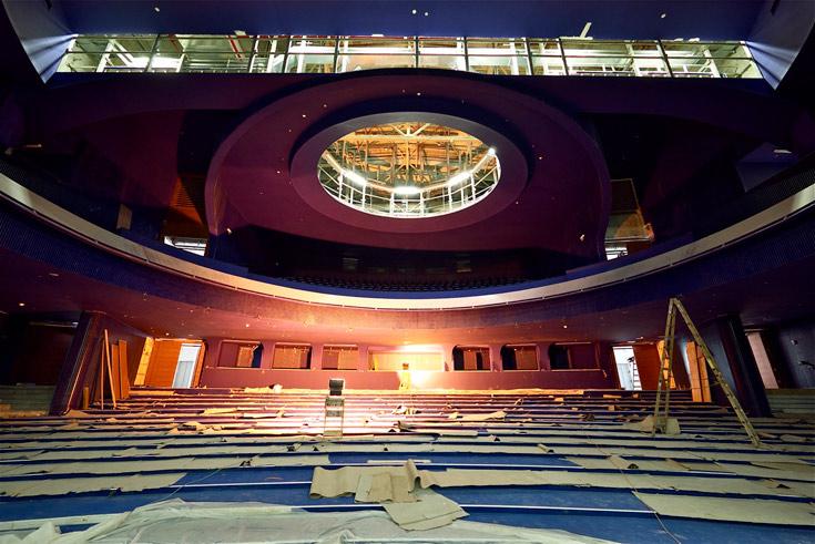 """כך ייראה אולם רובינא ב""""הבימה"""". הצבעוניות מנוגדת לחזיתות הלבנות המנצנצות של המבנה המשופץ (צילום: איתי סיקולסקי)"""