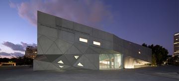 חללית הבטון החדשה בשעת לילה (צילום: עמית גרון)